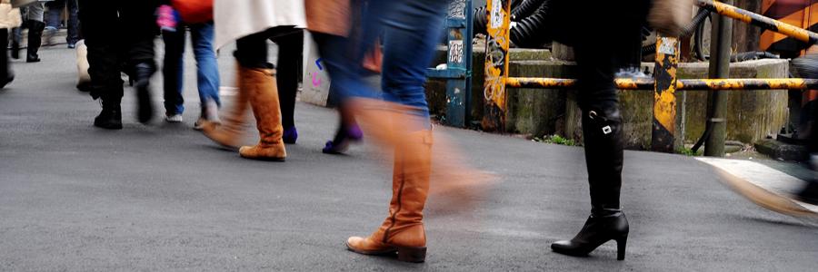 線路沿いを歩く人々