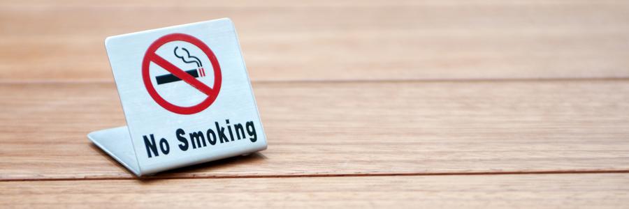 飲食店のテーブルに置かれた禁煙のプレート