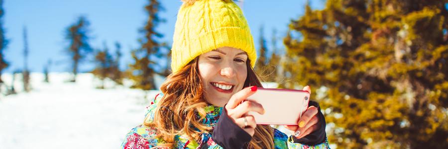 スキー場で自撮りをする女性