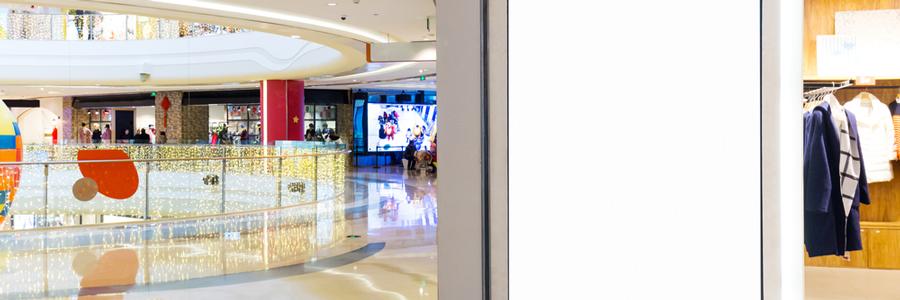 ショッピングモール内のデジタルサイネージ