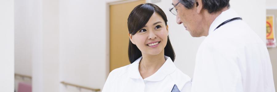 医師と話す看護師