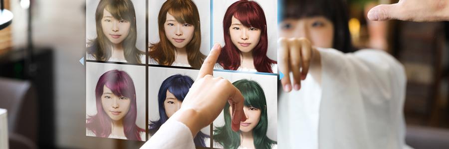 スマートミラーで髪型を選ぶ女性