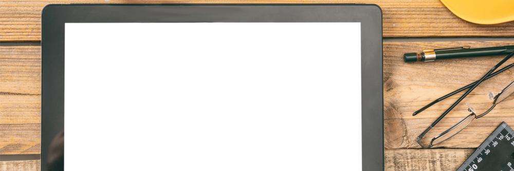 机の上に置かれたタブレット端末