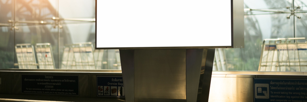 公共交通機関に設置されたデジタルサイネージ