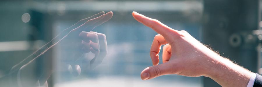 ディスプレイに触れようとしている男性の手