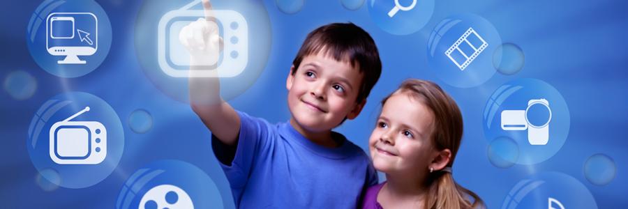 デジタルサイネージに触れる子供たち